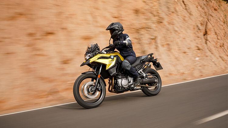 Moto BMW F750GS en la carretera