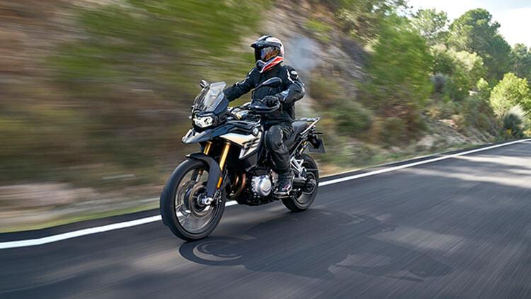 Moto BMW F850GS en la carretera
