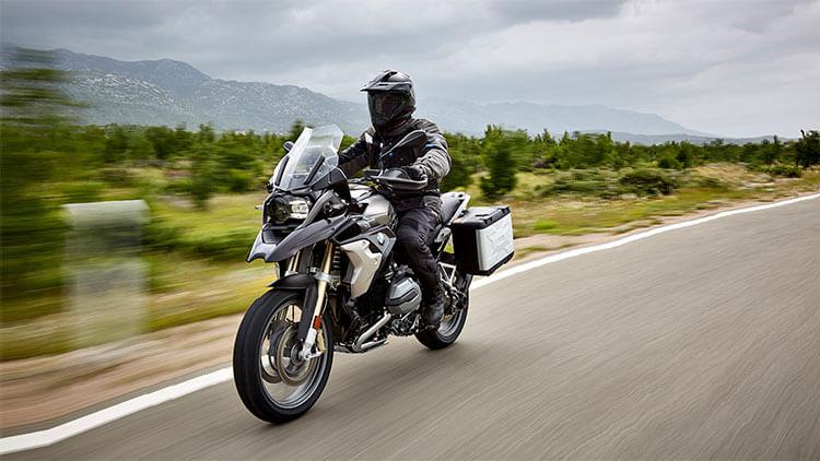 Moto BMW R1200GS en la carretera