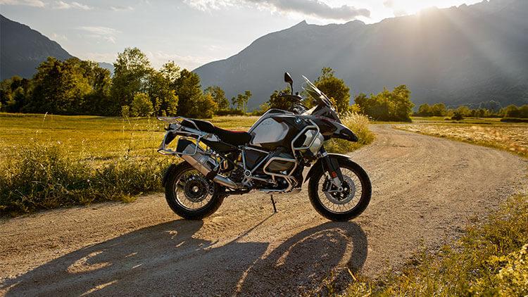 Moto BMW R1250GS parada en la carretera