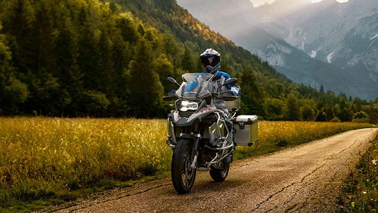 Moto BMW R1250GS en la carretera
