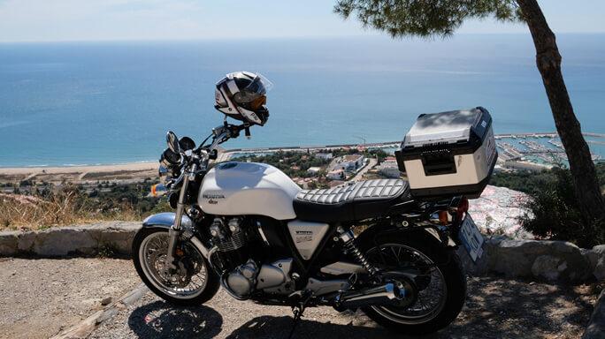 Moto clasica honda en el mediterraneo
